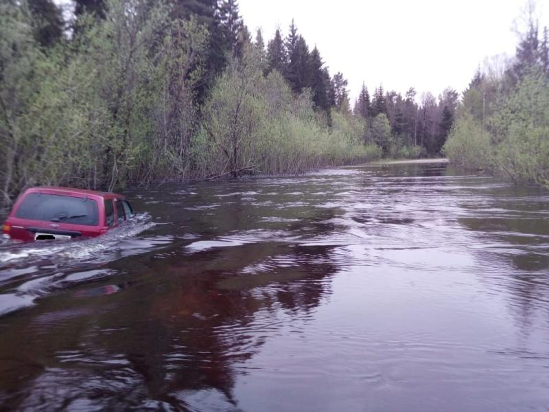 Котласские пожарные спасли семью из затопленного автомобиля