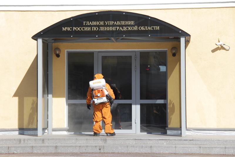 Сотрудники Невского спасательного центра провели дезинфекцию Главного управления МЧС России по Ленинградской области (ВИДЕО)