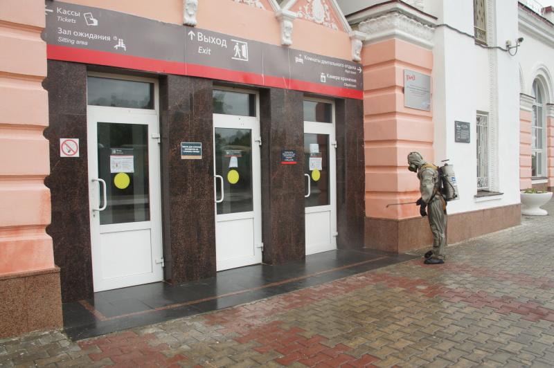 Специалисты МЧС совместно с военнослужащими продолжают проводить дезинфекционные мероприятия