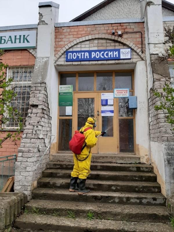 Сотрудники МЧС России дезинфицируют объекты инфраструктуры