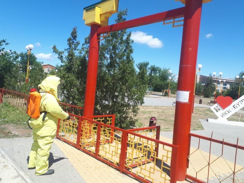 Сотрудники МЧС Калмыкии продолжают дезинфекцию социально-значимых объектов и мест с массовым пребыванием людей на территории республики