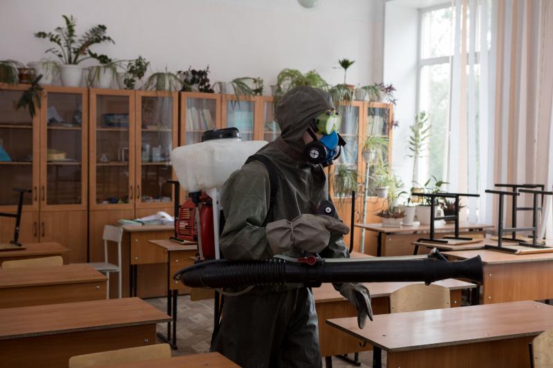 Новосибирские спасатели обрабатывают школы перед ЕГЭ (фото,видео)