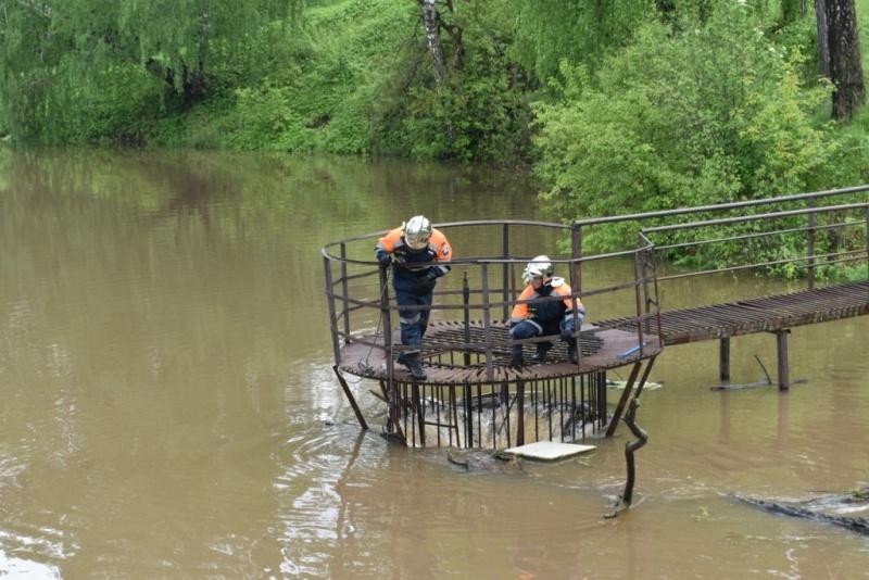 Сотрудники аварийно-спасательной службы «Юпитер» очищают от мусора плотины и гидротехнические сооружения в Серпухове