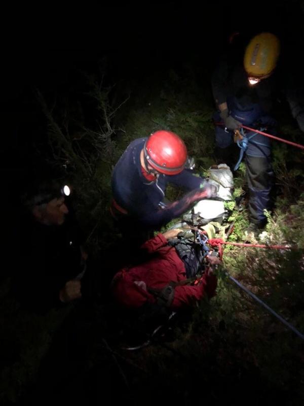 Спасатели Эльбрусского отряда МЧС России сняли с отвесной скалы парашютистов-экстремалов