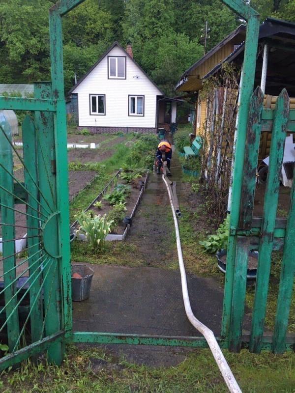 Добровольцы-спасатели оказывают помощь в ликвидации подтоплений в Московской области