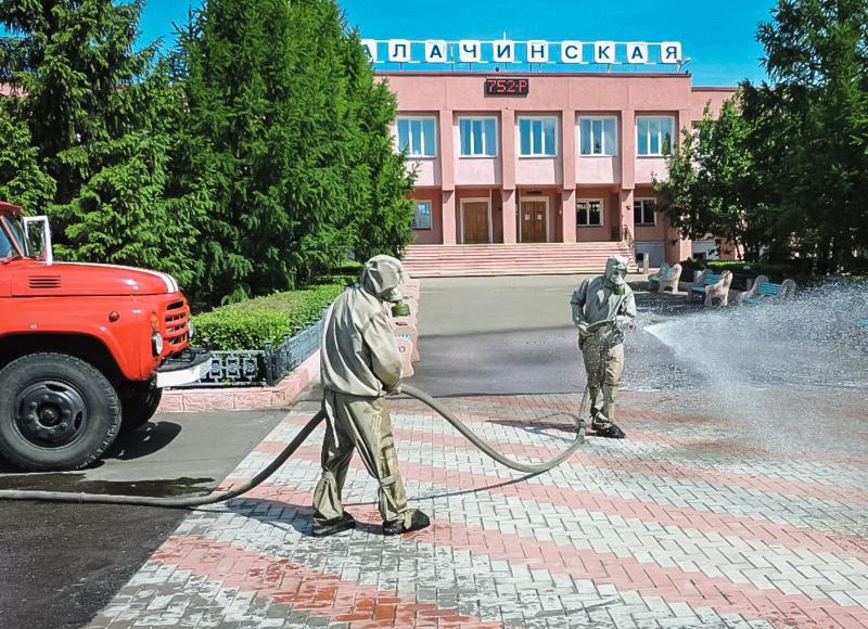 Сотрудники МЧС провели дезинфекцию прилегающей территории железнодорожного вокзала станции Калачинская