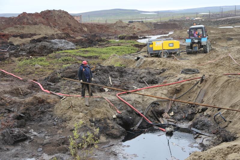 Дополнительные ёмкости для сбора и хранения нефтепродуктов  доставят к месту ЧС в Норильске. Фото. Видео.