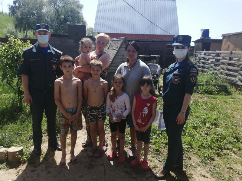 В Бронницах сотрудники МЧС посетили многодетные семьи