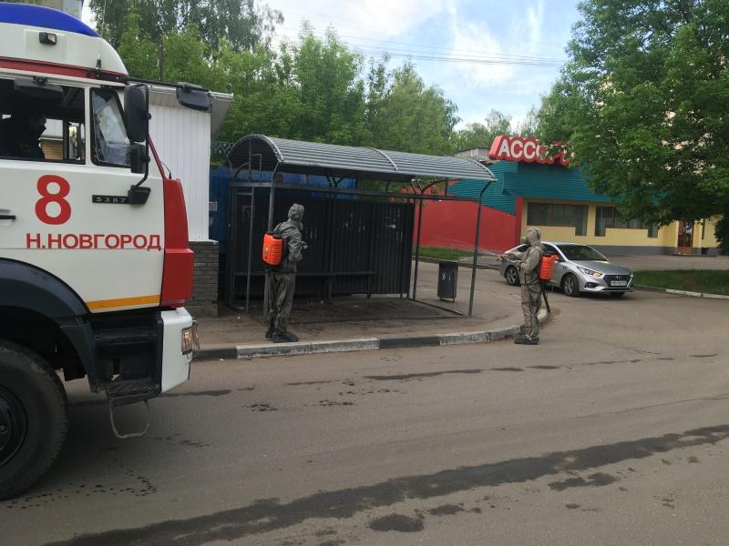 Сотрудники МЧС проводят дезинфекцию остановок общественного транспорта в Нижнем Новгороде