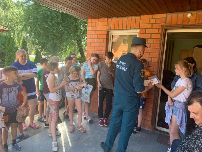 """Сотрудники МЧС посетили """"Детскую деревню-SOS"""" в подмосковном Томилино"""