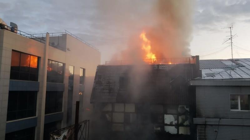 Открытое горение в торговом павильоне Центрального района Новосибирска локализовано (фото, видео)