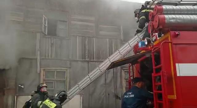 Двух человек спасли огнеборцы Хабаровска при пожаре в жилом доме