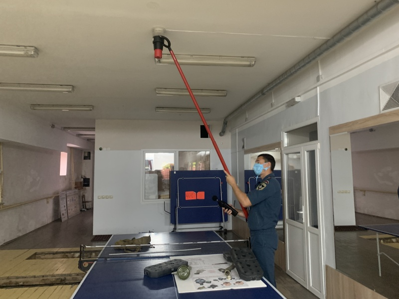 Сотрудники МЧС России проверяют работу автоматических систем оповещения о пожаре  при помощи специального оборудования