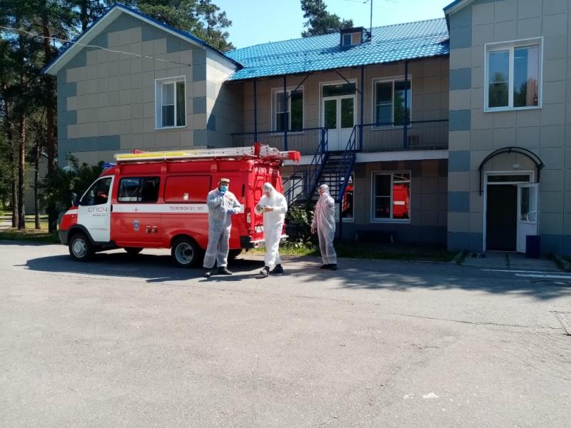 Сотрудники МЧС провели дезинфекцию ряда детских оздоровительных лагерей Курортного района
