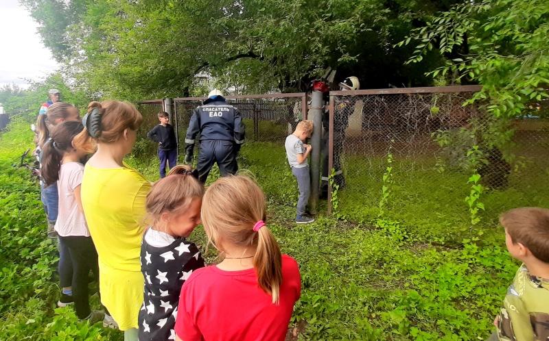 Спасатели вытащили ногу семилетнего мальчика из металлического забора