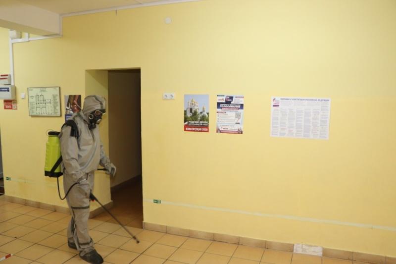 Сотрудники МЧС приняли участие в дезинфекции избирательных участков накануне общероссийского дня голосования