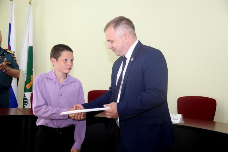 Представители Главного управления МЧС России по Хабаровскому краю наградили юного героя за спасение утопающего (ВИДЕО)