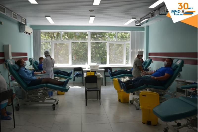 В Тюмени сотрудники МЧС сдали кровь