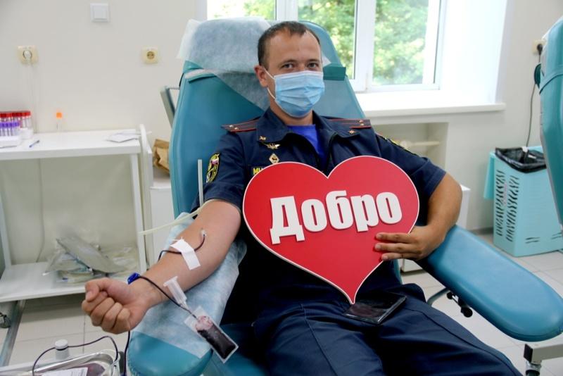 Миллилитры жизни: в Хабаровске сотрудники спасательного ведомства приняли участие в акции по сдаче крови