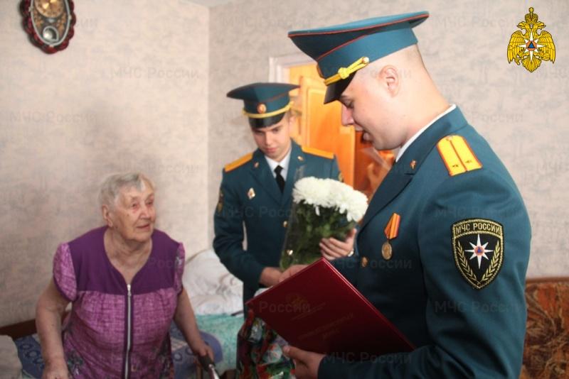 C 95-летием поздравили сотрудники Главного управления МЧС России по Хабаровскому краю ветерана войны