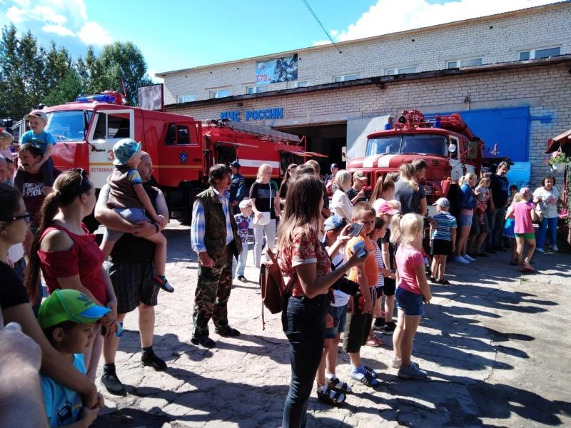 Показ пожарно-спасательной техники, приуроченный к 30-летию МЧС России и Дню города прошел в Устюжне