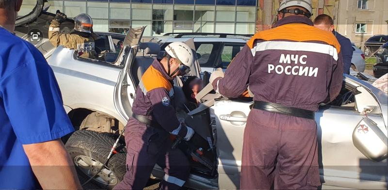 Спасатели МЧС России деблокировали два человека при ДТП в Новосибирской области