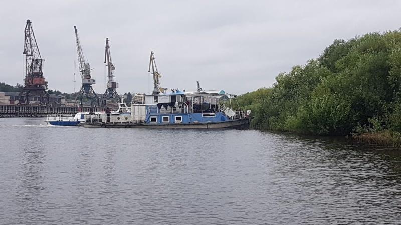 Из реки Вологды подняли затонувшее судно