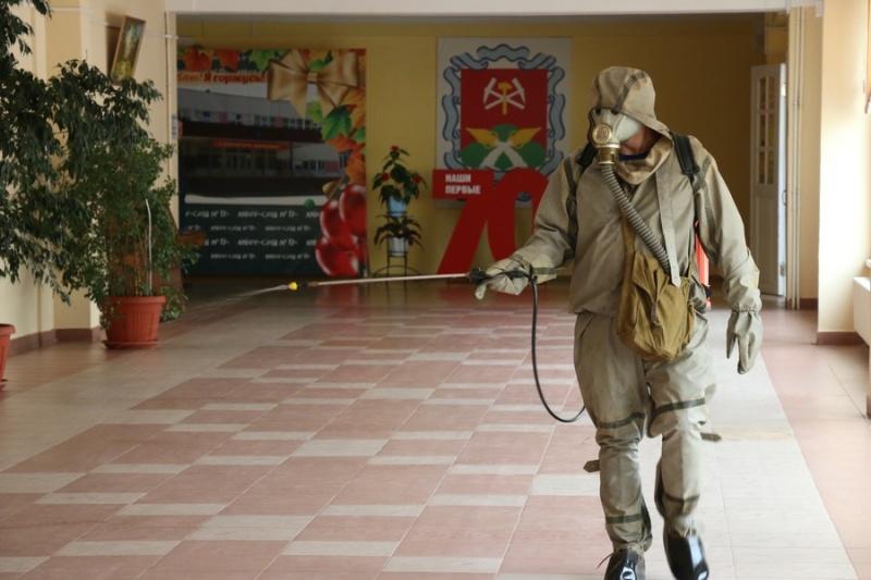 Спасатели проводят работы по дезинфекции в школах