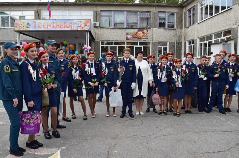 Спасатели ДВРПСО МЧС России поздравили кадетов 52-ой хабаровской школы с началом учебного года