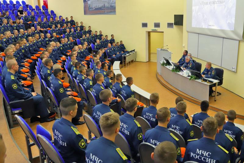 В День знаний в кадетском корпусе Академии гражданской защиты МЧС России прошел «урок мужества»