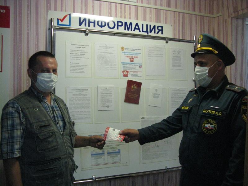 Сотрудники МЧС России работают на избирательных участках