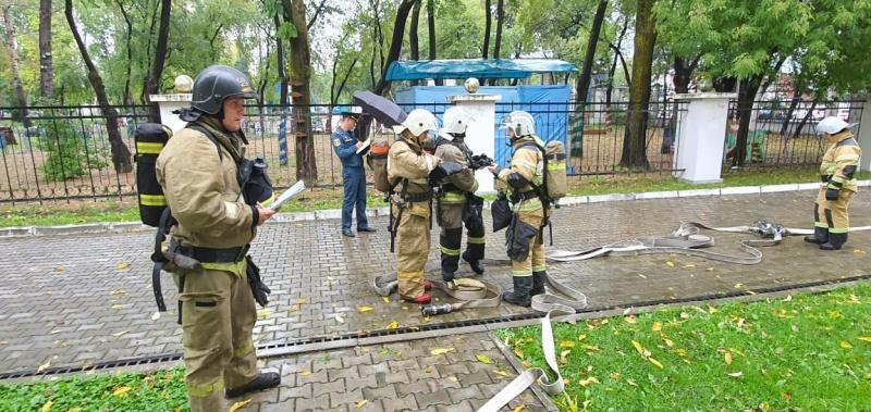Тренировку по тушению пожаров в культурно-зрелищных зданиях и сооружениях провели пожарные в Комсомольске-на-Амуре