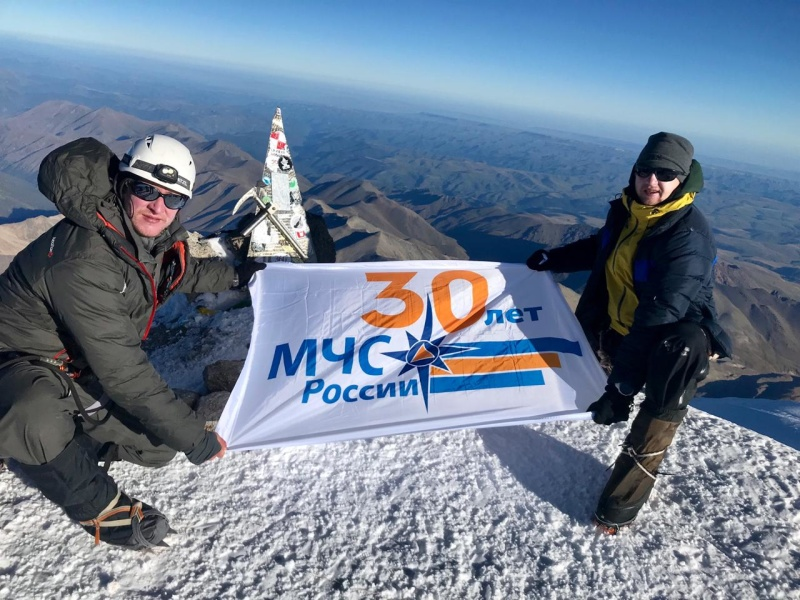 Сотрудники МЧС России подняли флаг 30-летия на Эльбрус