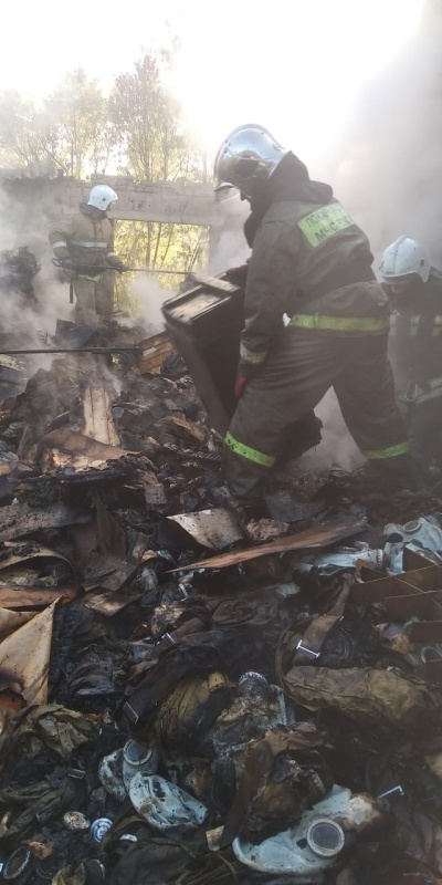 Пожарные тушили неэксплуатируемое здание и надворные постройки
