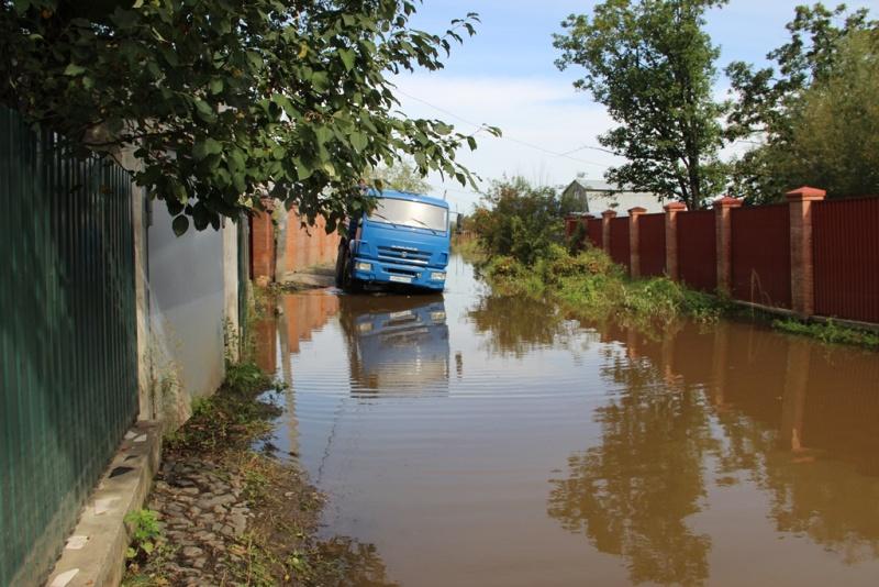 Сотрудники МЧС России оказывают помощь жителям подтопленных домов и приусадебных участков в спасении имущества (ВИДЕО)