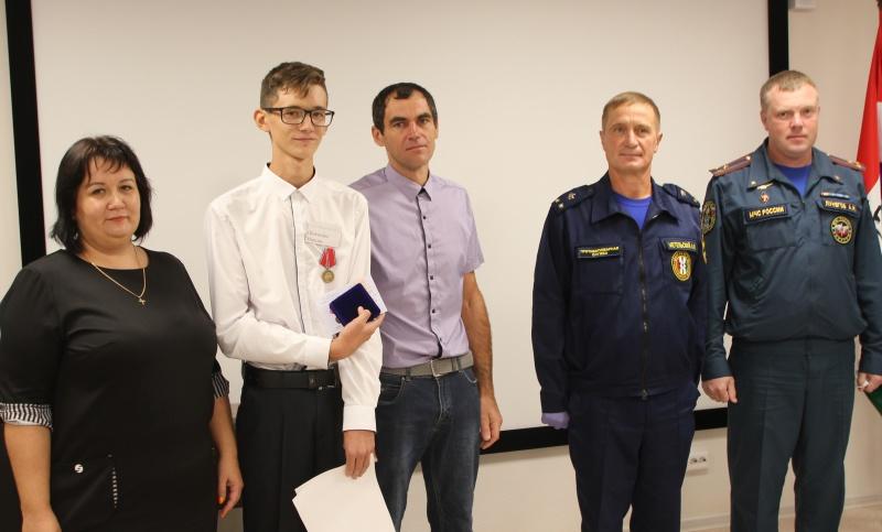 Новосибирские подростки получили награду за спасение из огня пятерых детей