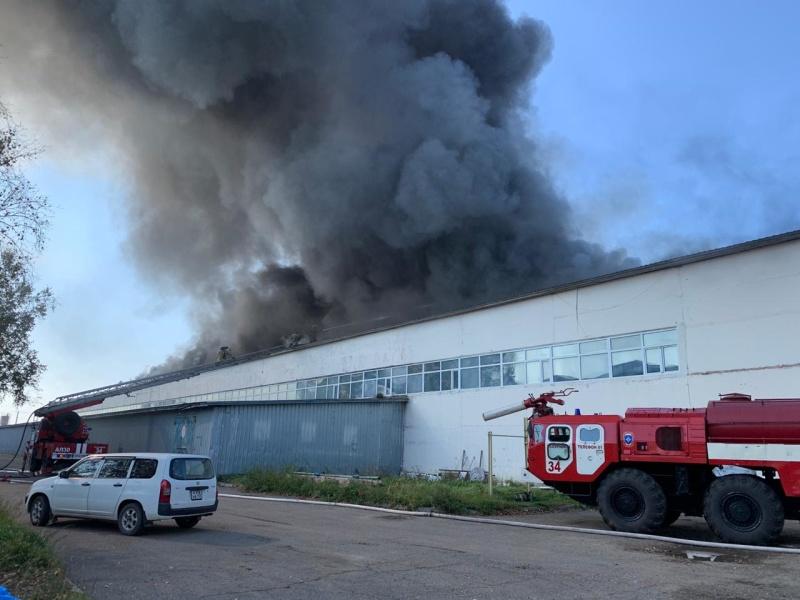 В Уссурийске пожарные тушат склад на улице Коммунальная