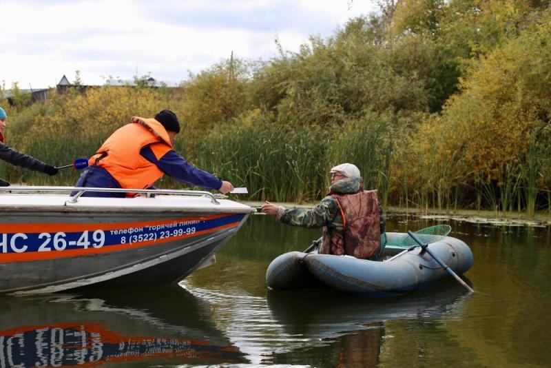 Сотрудники ГИМС напоминают зауральцам о правилах безопасности на осенней рыбалке с лодки