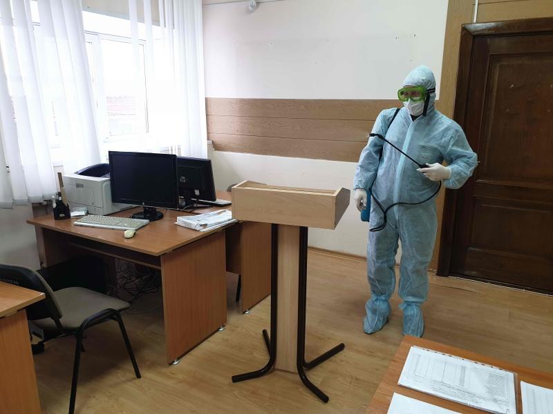 Сотрудники МЧС России проводят дезинфекцию социальных объектов и мест с массовым пребыванием людей