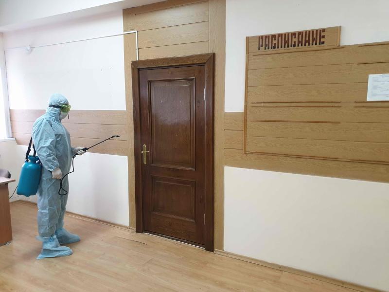 В Томской области сотрудники МЧС России проводят дезинфекцию социальных объектов и мест с массовым пребыванием людей