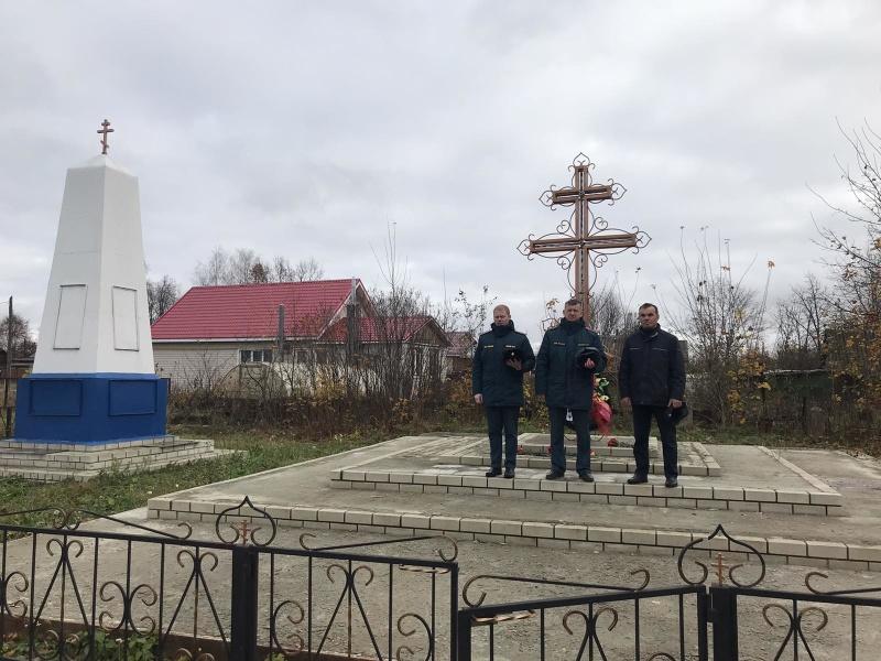 #30добрыхдел: сотрудники МЧС возложили цветы к памятнику погибшим на пожаре в селе Малое Иголкино