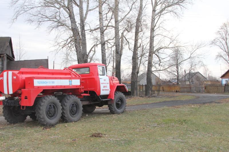 Добровольные пожарные помогают профессионалам втушении пожаров