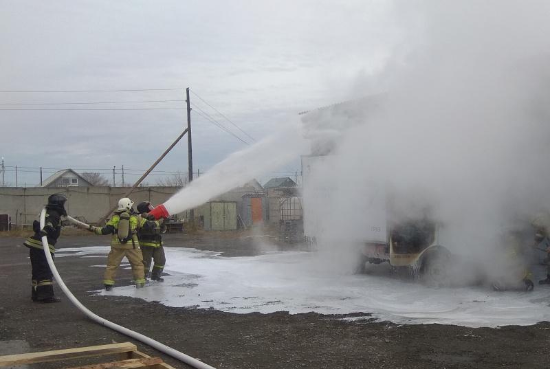 В Саяногорске пожарные потушили грузовой автомобиль