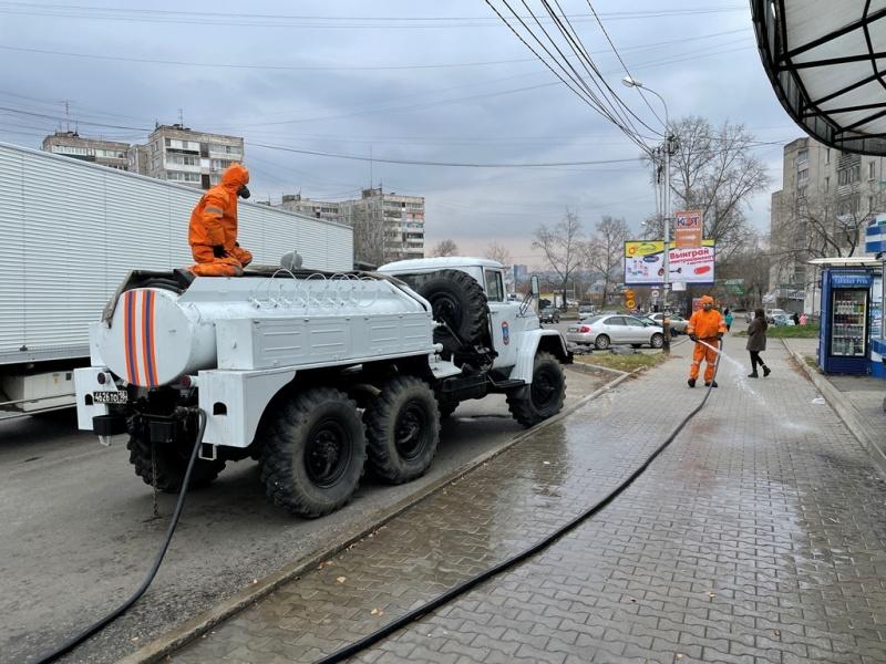 Военнослужащие МЧС России провели дезинфекцию на улицах Хабаровска