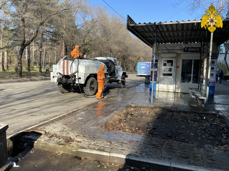 Подразделения МЧС России продолжают дезинфекцию на улицах российских городов (видео)