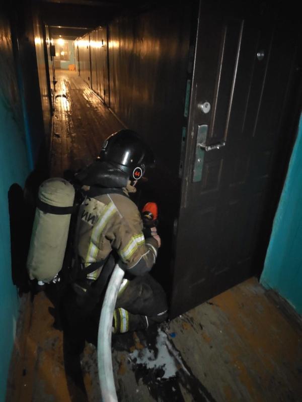 Дознаватели МЧС России в городе Усть-Илимске устанавливают причину пожара, на котором спасена женщина
