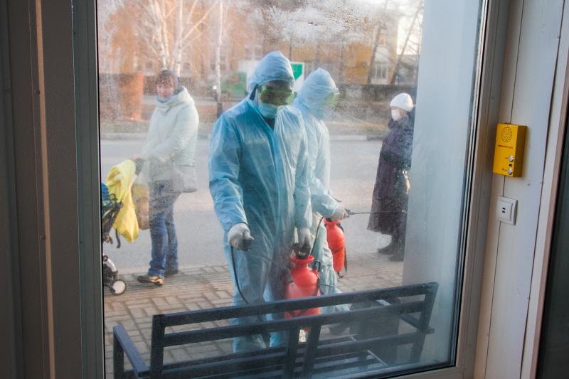 Сотрудники МЧС России продолжают дезинфекцию омских объектов