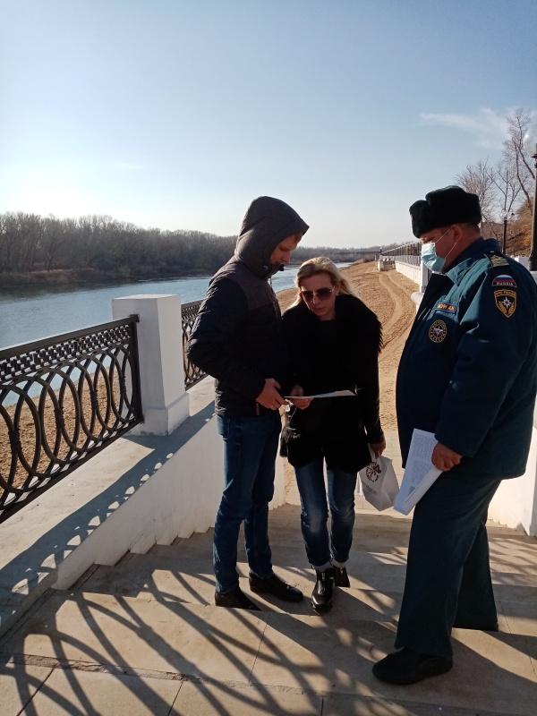 Об опасностях тонкого льда отдыхающим на водных объектах Оренбургской области рассказали специалисты ГИМС