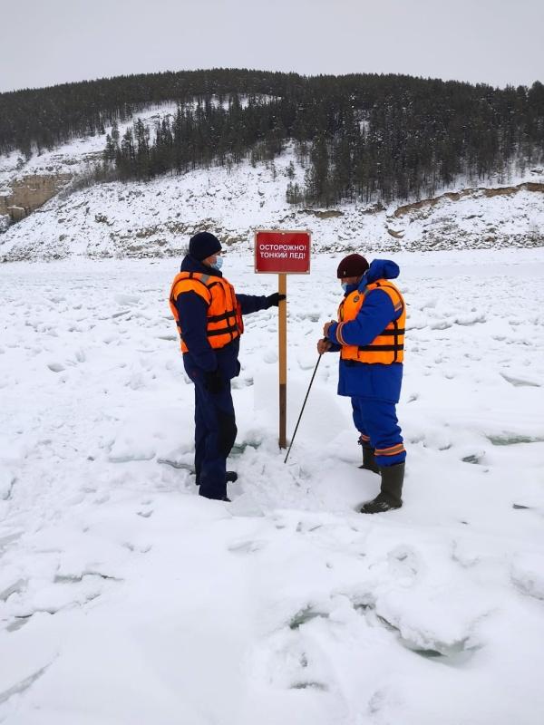 Инспекторы ГИМС напоминают жителям Иркутской области о запрете выезда на лед вне ледовых переправ!