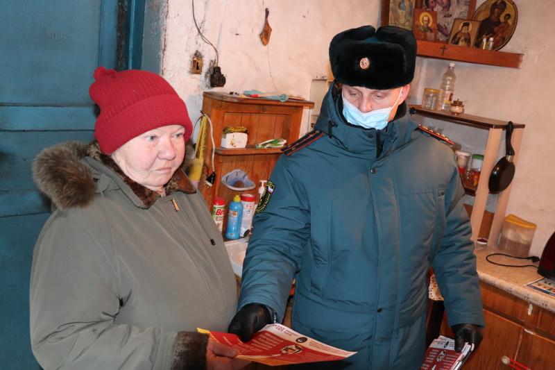 В Брянской области сотрудники государственного пожарного надзора в ходе профилактических мероприятий напоминают о соблюдении требований пожарной безопасности в отопительный период